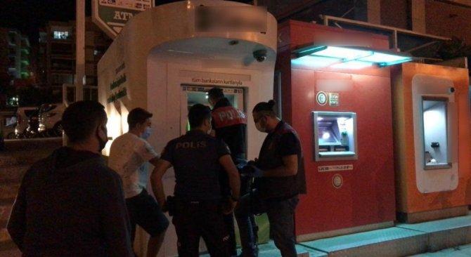 ATM'ye yerleştirilen kameralı kopyalama aparatını vatandaşın dikkati ortaya çıkardı