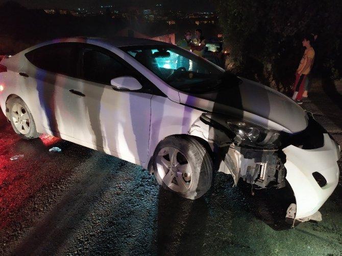 Elazığ'da otomobil direğe çarptı: 4 yaralı