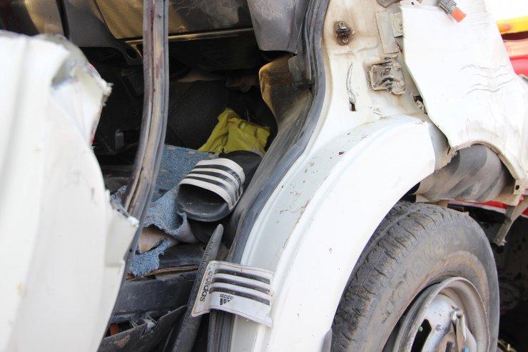İşçi minibüsü direğe çarptı: 2 ölü, 20 yaralı