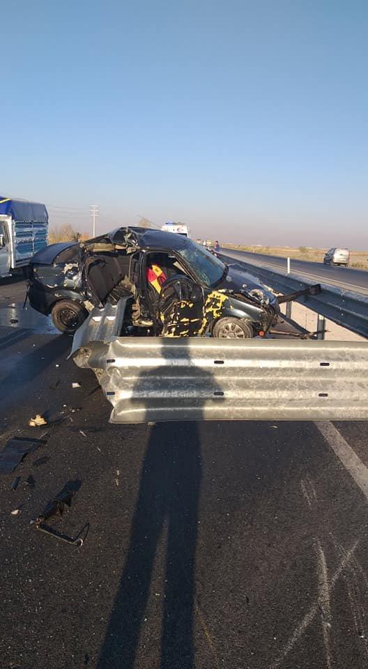 Kontrolden çıkan otomobil refüje çarptı: 1 ölü, 2 yaralı