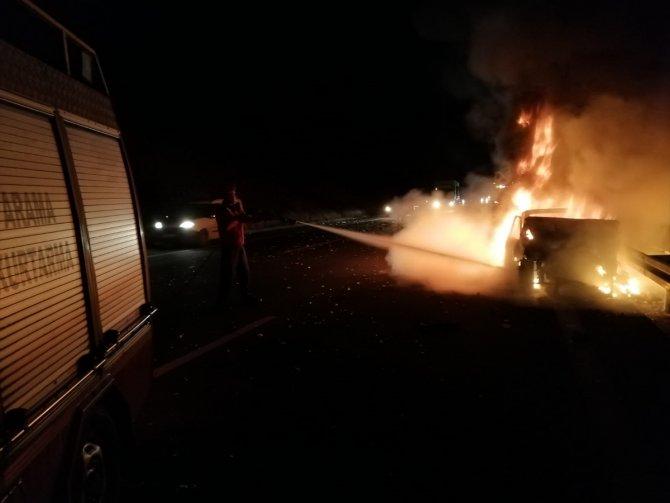 5 kişinin yaralandığı trafik kazasında alev alan otomobil yandı