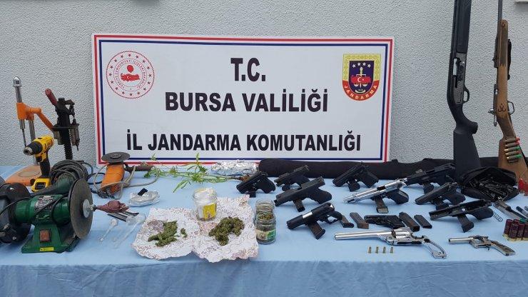 Kurusıkı tabancaları gerçeğe çevirip satan 2 kişi yakalandı