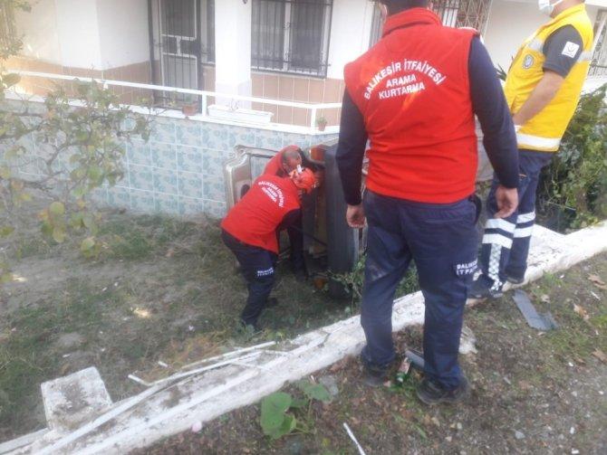 Otomobil evin bahçesine düştü