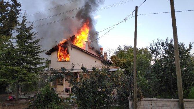 Konya'da acı anlar...10 kişilik aile, evlerinin yanışını çaresizce izledi