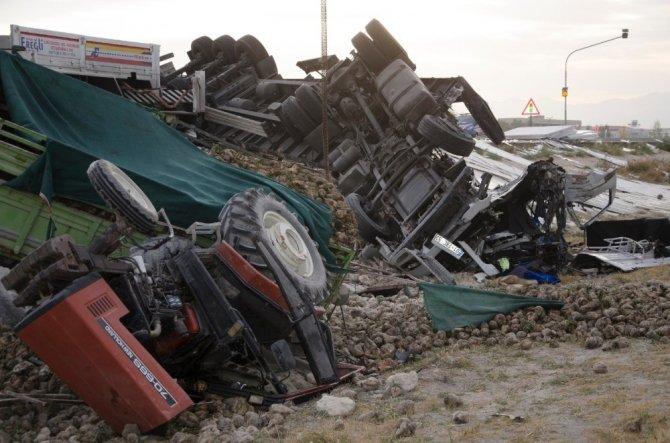 Konya'da tır pancar yüklü traktöre arkadan çarptı!