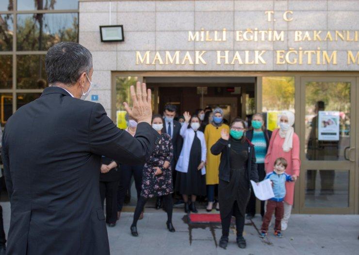 Bakan Selçuk, özel eğitim öğrencisi velilerinin dersine katıldı