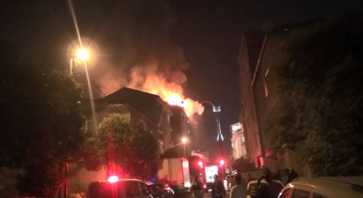 Esenyurt'ta 7 katlı binanın çatısı alev alev yandı