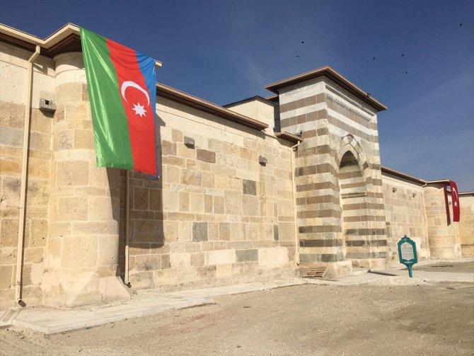Zazadın Hanı'na Azerbaycan bayrağı asıldı