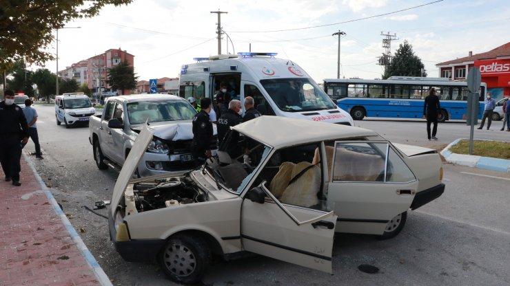Kamyonetle otomobil çarpıştı: 2'si çocuk 7 yaralı