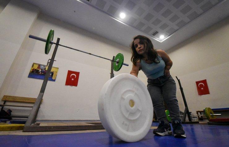 108 santimetre boyundaki Ayşe'nin, halterde şampiyonluk hedefi