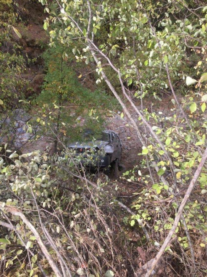 Virajı alamayan sürücü kamyonetiyle uçuruma yuvarlandı: 1 ölü, 1 yaralı
