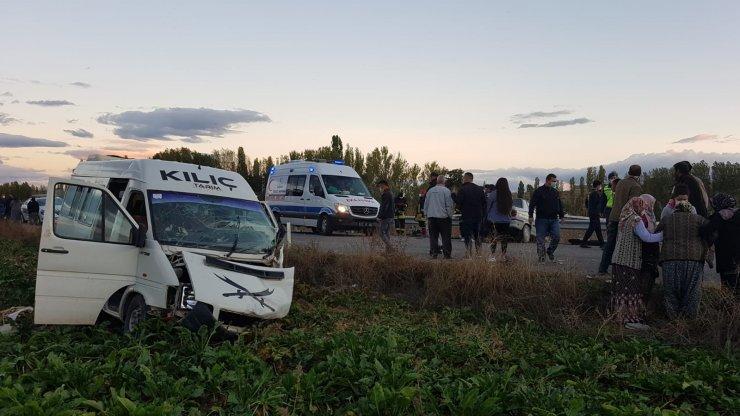 Konya'da tarım işçilerini taşıyan minibüs ile otomobil çarpıştı! 1 ölü, 15 yaralı