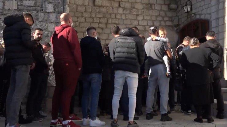 Karadağ'da koronavirüsten ölen başpiskoposu öperek uğurladılar