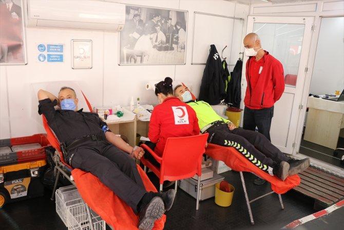 Telsiz anonsunu duyan polisler kan bağışına koştu