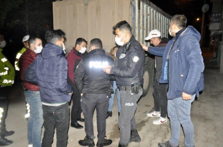 Karaman'da kısıtlamayı ihlal eden 2 kişi, polisten kaçarken kaza yaptı