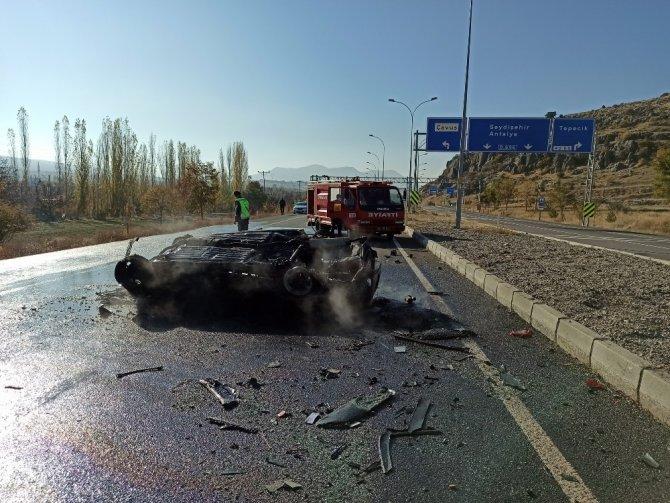 Konya'da film gibi anlar! Yanan otomobildeki sürücüyü vatandaşlar kurtardı!