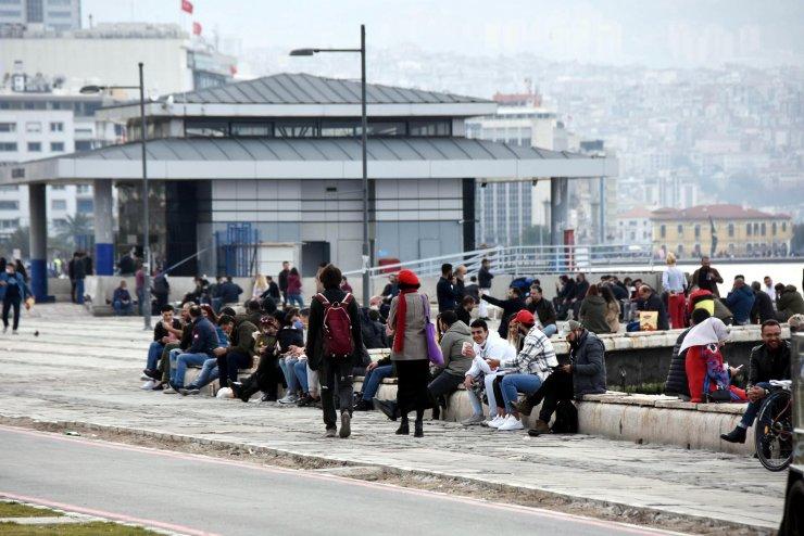 İzmir'de yasağa rağmen Kordon doldu, polis uyardı