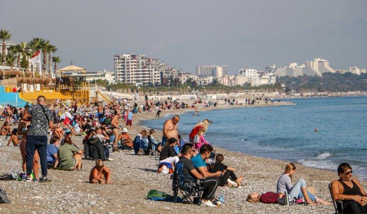 Kısıtlama sonrası sahilde sosyal mesafe unutuldu