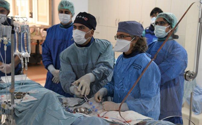 Dijital kongrede farklı ülkelerden 17 hastanın kalp damarları açıldı