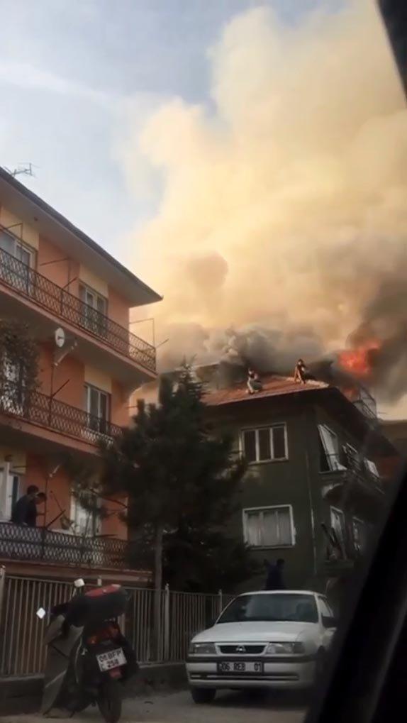 Yangında çatıda mahsur kalan 4 kişiyi itfaiye kurtardı