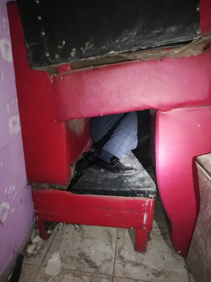 Ruhsatsız eğlence merkezini polis basınca, koltukların arasına gizlendiler
