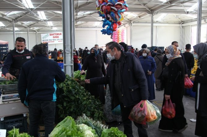 Kısıtlamaya saatler kala Konyalılar pazarlara akın etti