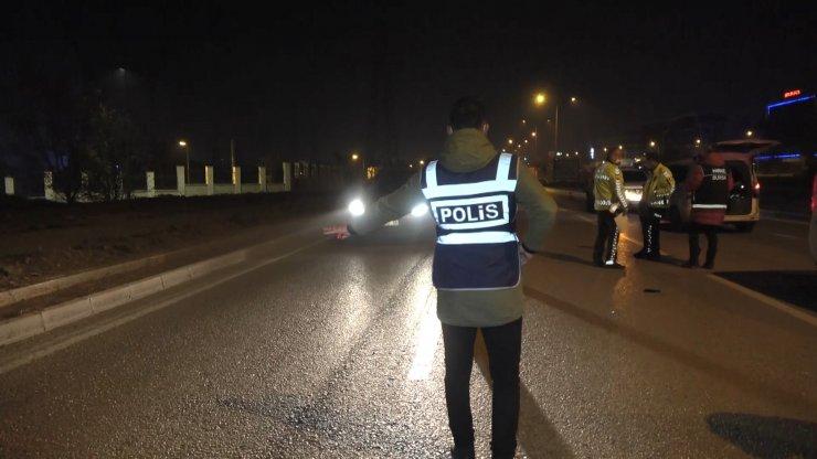 Kısıtlamayı ihlal eden 71 yaşındaki sürücü maskesiz ve alkollü yakalandı