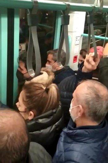 Sokağa çıkma kısıtlaması öncesi tramvayda adım atacak yer kalmadı