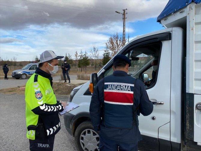 Yalıhüyük'te jandarma ve polis ekiplerinden Kovid-19 denetimi
