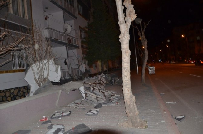 Konya'da fırtına apartmanın dış cephe kaplamasını söktü!