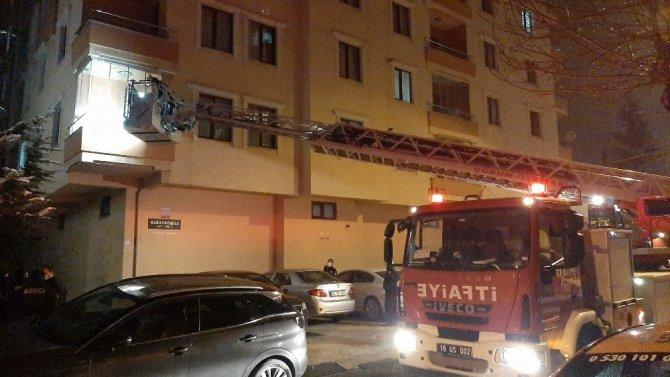 Namaz kıldığı odada mahsur kalan kadını itfaiye kurtardı