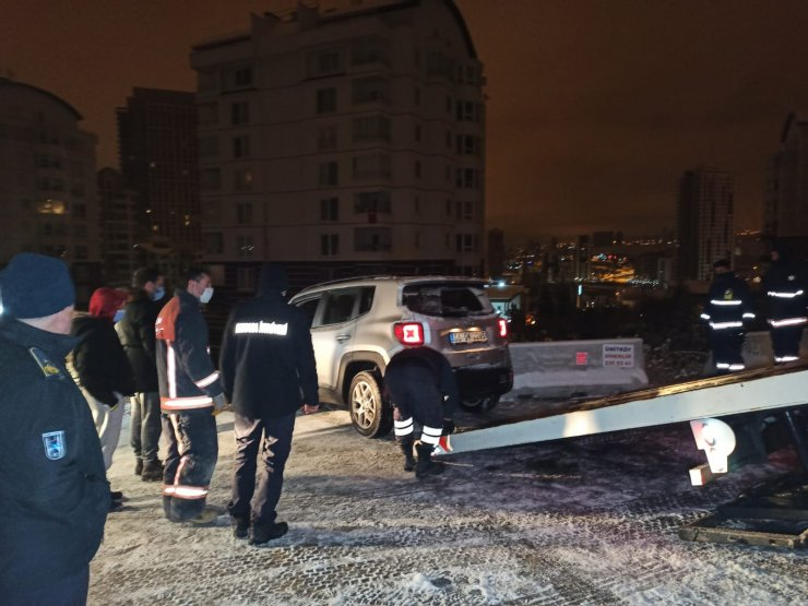 Otomobil, 30 metre yükseklikteasılı kaldı; içindeki 2 kadın kurtarıldı