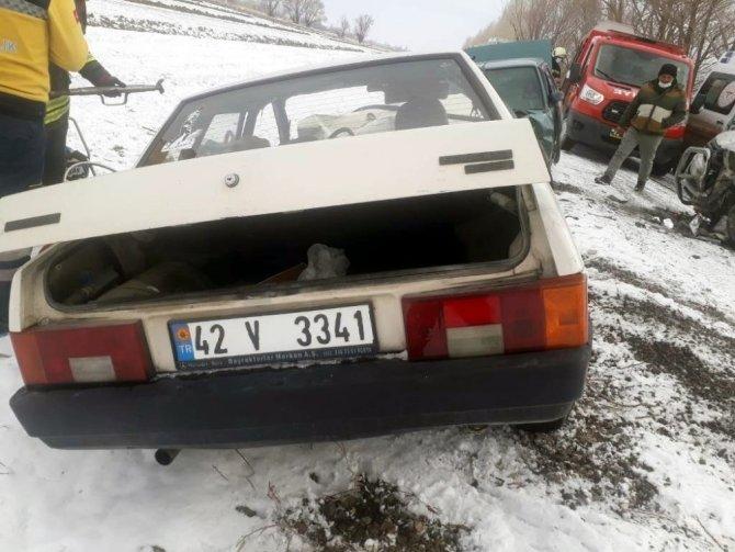 Konya'da karlı yolda 3 araç birbirine girdi! 1 ölü, 4 yaralı