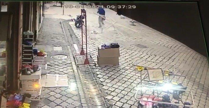 Yürürken yanına pencere camı düşen adam saniyelerle kurtuldu