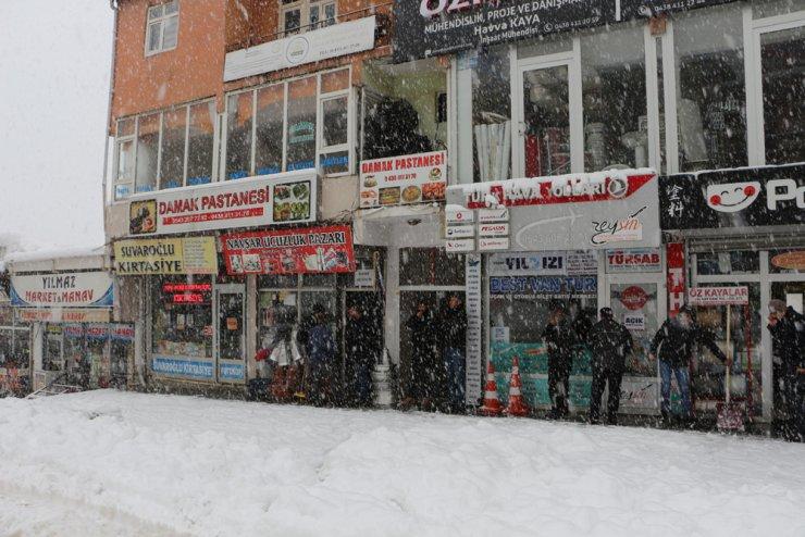 Şemdinli- Yüksekova yoluna çığ düştü; kapanan yol açılmaya çalışılıyor