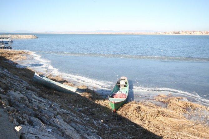 Beyşehir Gölü'nün kıyı kesimi kısmen buz tuttu