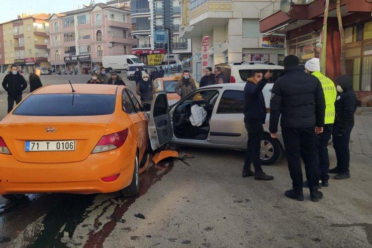 Taksi ile otomobilin çarpışması kamerada; 4 yaralı