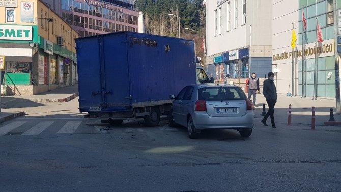 Boş yolda kamyonet ile otomobil çarpıştı