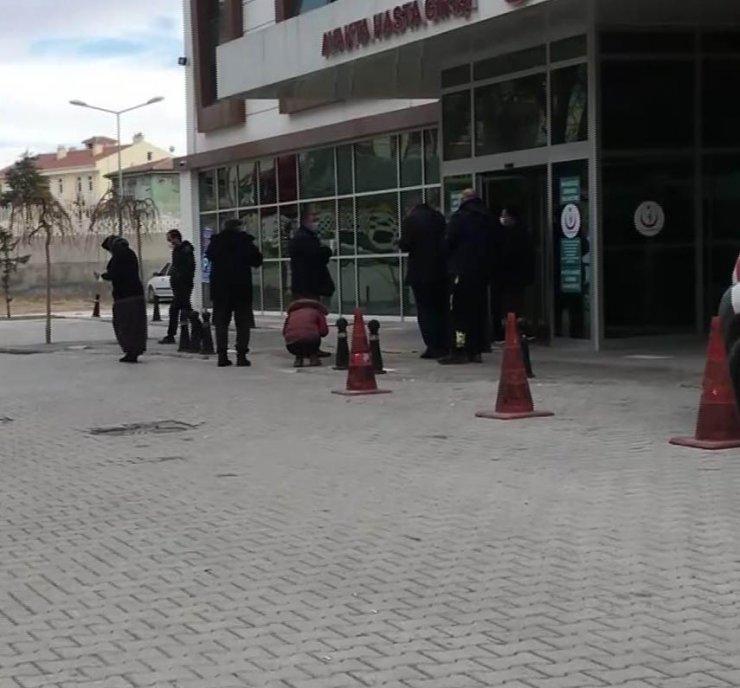Konya'da sürücü direksiyon başında fenalaşıp hayatını kaybetti, otomobil refüje çarptı