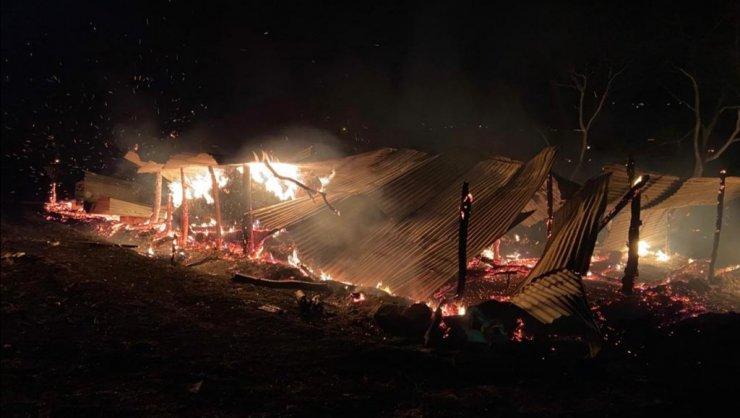 3 ay önce inşa edilen ağıl, yangında küle döndü