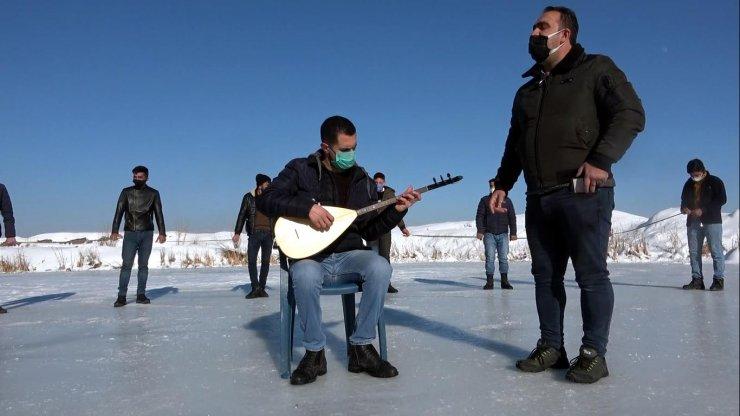 Buz tutan çay üzerinde konser ve korona tedbirli halay