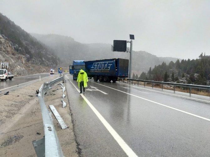 Özbek sürücünün kullandığı tır bariyerlere çarptı: 1 yaralı