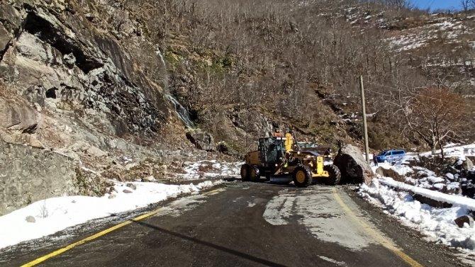 Dev kaya karayoluna düştü iki iş makinesi zor kaldırdı