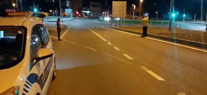 Kurye kavşakta motosikleti devirdi