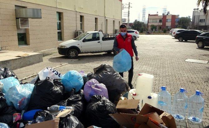 Topladığı plastik şişelerle öğrencilere umut oluyor