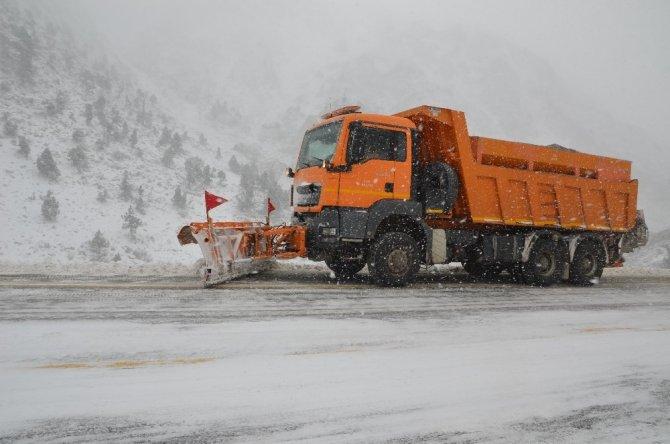 Antalya-Konya karayolunda kar kalınlığı 10 santime ulaştı!