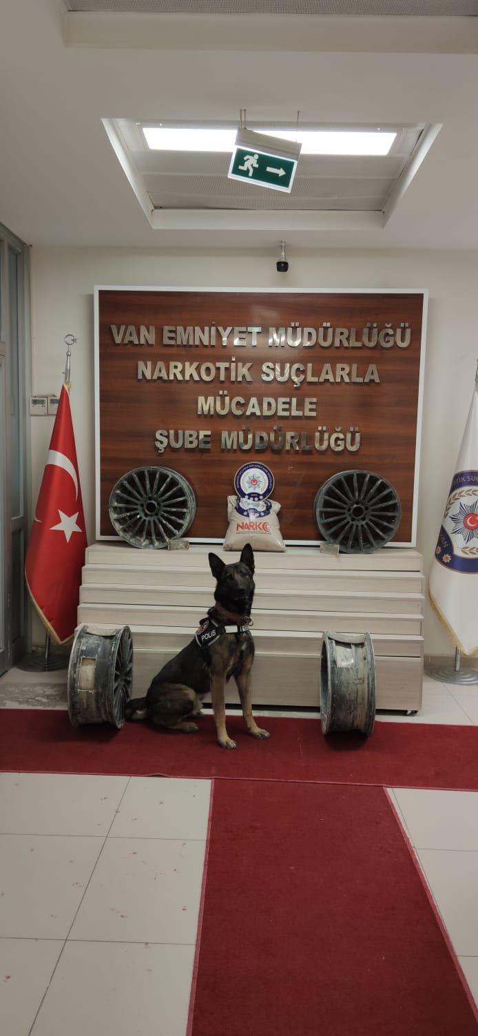 Aracın jantlarına gizlenen 14 kilo eroini 'Rexo' buldu