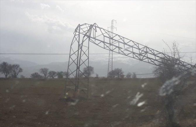 Sivas'ta rüzgar demir elektrik direklerini eğdi