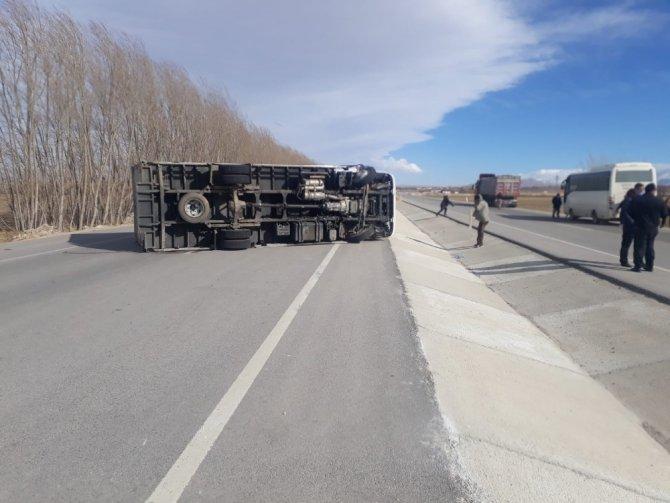 Ereğli'de fırtına nedeniyle çatılar uçtu, kontrolden çıkan kamyon devrildi