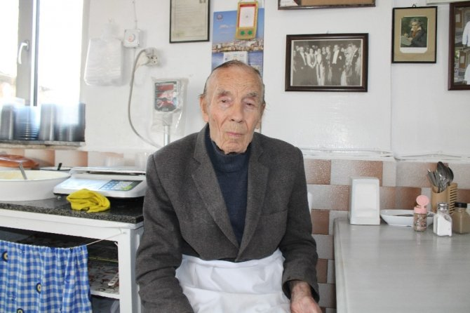 İhtiyar delikanlı Eşref Amca, 90 yaşında işinin başında
